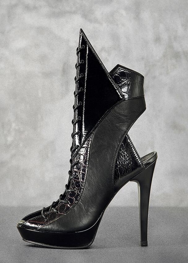 Black assimetric boots